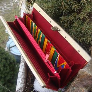Vnitřek peněženky - tři přihrádky, mincovka na zip, 12 karet
